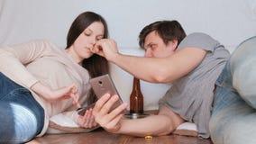 Coppia Internet di lettura rapida della donna e dell'uomo in loro telefoni cellulari Chip d'alimentazione della donna dell'uomo L video d archivio