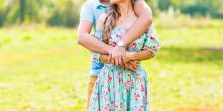 Coppia l'abbraccio Fotografia Stock Libera da Diritti