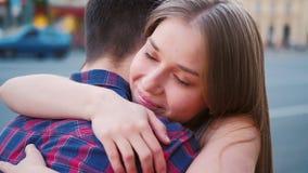 Coppia l'abbraccio della donna dell'uomo di felicit? di riunione intimo video d archivio