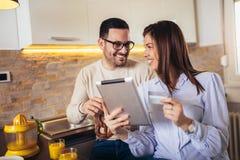 Coppia l'acquisto online sul interent con la carta di credito fotografia stock libera da diritti