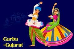 Coppia l'esecuzione della danza popolare di Garba del Gujarat, India Immagini Stock