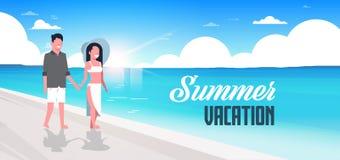 Coppia l'insegna orizzontale piana di camminata sorridente dell'oceano del mare della spiaggia di vacanze estive della spiaggia d Immagine Stock Libera da Diritti