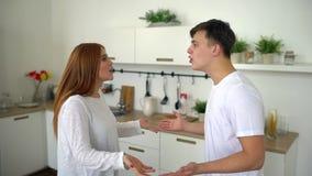 Coppia l'uomo e la donna che combattono difficoltà a casa, di relazione o del matrimonio problemi nel matrimonio, divorzio Rallen archivi video