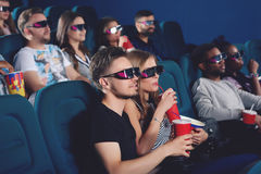 Coppia l'uso in vetri 3d nel corridoio moderno del cinema Fotografia Stock Libera da Diritti