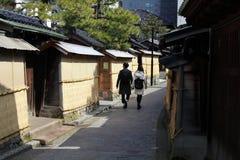 Coppia la camminata intorno a Nagamachi, conosciuto come il distretto del samurai del Ka fotografia stock libera da diritti
