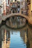 Coppia la camminata sul ponte a Venezia, Italia fotografia stock libera da diritti