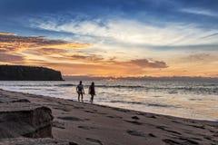 Coppia la camminata sulla spiaggia di Cabo Ledo l'angola l'africa immagine stock
