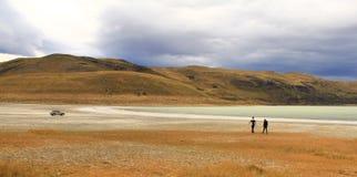 Coppia la camminata vicino ad un lago di sale in Torres del Paine Fotografia Stock Libera da Diritti