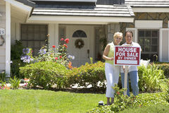 coppia la casa fuori della vendita là fotografie stock