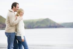 Coppia la condizione sul sorridere della spiaggia Fotografie Stock Libere da Diritti