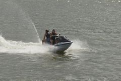 Coppia la guida del jet ski in un lago fotografia stock