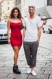 Coppia la posa delle sfilate di moda esterne di Byblos che costruiscono per la settimana 2014 del modo di Milan Women Fotografie Stock