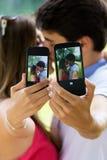 Coppia la presa della foto di se stessi con lo Smart Phone sulla p romantica Immagine Stock