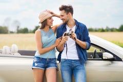 Coppia la presa delle foto mentre fuori su un viaggio stradale Fotografie Stock