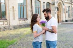 Coppia la riunione per la data Regalo del mazzo Uomo che d? il mazzo del fiore Data romantica Mazzo di sorpresa pronto tipo per fotografie stock