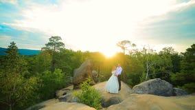 Coppia la scalata sulla roccia ed ammirare l'alba, il tramonto archivi video