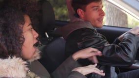 Coppia la seduta e ballare in automobile archivi video