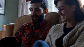 Coppia la seduta sul sofà e la lettura del romanzo in salone archivi video