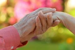 Coppia le mani della holding Fotografia Stock