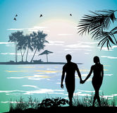 Coppia le mani della tenuta sulla spiaggia che va sull'oceano Fotografia Stock Libera da Diritti