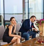 coppia lui giovani sorridenti di seduzione del ristorante Fotografia Stock
