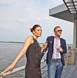 coppia lui giovani sorridenti di seduzione del ristorante fotografia stock libera da diritti