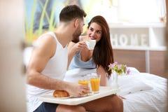 Coppia mangiare la prima colazione di mattina a letto fotografia stock libera da diritti