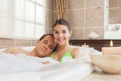 Coppia rilassato nella vasca della stazione termale immagine stock libera da diritti