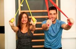 Coppia risolvere l'esercizio con gli elastici f di esercizio di allungamento Fotografia Stock