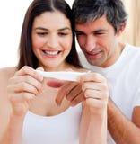 Coppia scoprire i risultati di una prova di gravidanza fotografia stock