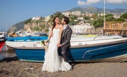 Coppia sposata alla spiaggia nella costa di Sorrento Immagini Stock