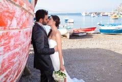 Coppia sposata alla spiaggia nella costa di Sorrento Immagine Stock