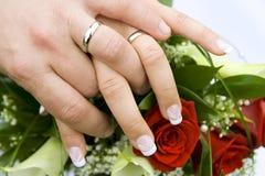Coppia sposata con gli anelli di cerimonia nuziale Immagine Stock