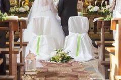 Coppia sposata davanti all'altare della chiesa Immagine Stock Libera da Diritti