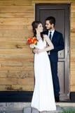 Coppia sposata dei giovani appena davanti alla porta Immagini Stock
