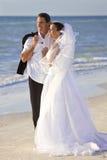 Coppia sposata dello sposo & della sposa alla cerimonia nuziale di spiaggia Fotografie Stock Libere da Diritti
