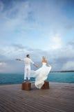 Coppia sposata di Gorgerous appena che sta sul pilastro dopo le nozze Fotografia Stock