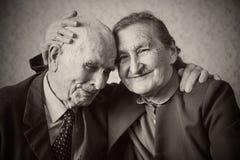 Coppia sposata di un anno più 80 svegli che posa per la a fotografia stock libera da diritti