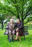 Coppia sposata di un anno più 80 svegli che posa per un ritratto nel loro giardino Di amore concetto per sempre Fotografie Stock