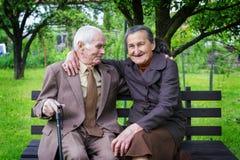 Coppia sposata di un anno più 80 svegli che posa per un ritratto nel loro giardino Di amore concetto per sempre immagine stock libera da diritti