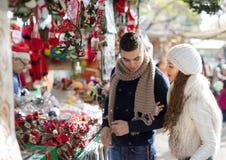 Coppia sposata felice al mercato catalano di Natale fotografia stock libera da diritti