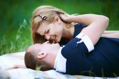 Coppia sposata felice sul plaid immagine stock