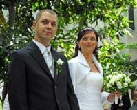 Coppia sposata in giardino Fotografie Stock Libere da Diritti