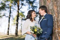 Coppia sposata nell'abbraccio della foresta Fotografia Stock Libera da Diritti