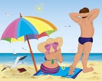 Coppia sposata sulla spiaggia sotto l'ombrello Fotografia Stock Libera da Diritti