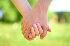 Coppia tenersi per mano e la camminata in tempo soleggiato dell'estate immagini stock libere da diritti
