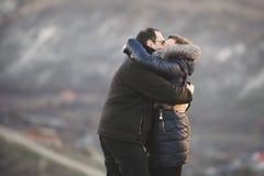 Coppie abbraccianti felici Immagini Stock Libere da Diritti