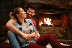 Coppie abbraccianti felici che godono nella casa della montagna immagini stock