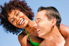 Coppie - abbracciarsi sulla spiaggia immagine stock libera da diritti