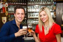 coppie ad una data che gode della loro bevanda in un pub fotografie stock